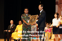 Akira receiving Manhae Peace Prize copy